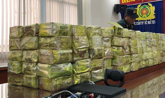Bộ công an bắt một xe bán tải đầy ắp ma túy ở Sài Gòn