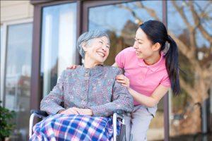 Thuê giúp việc trông người già ăn ở lại